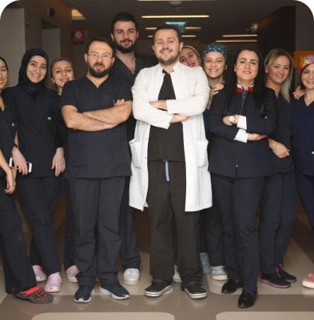 Dr. Fadil Balwi mit Team in der Türkei