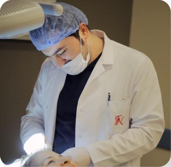 Dr. Balwi en consulta con una paciente de Elithair.