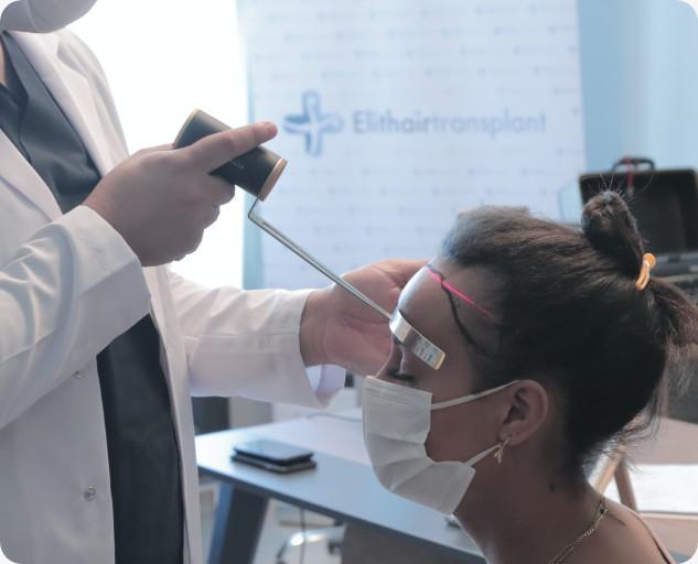 Dr. Balwi zeichnet die Haarlinie