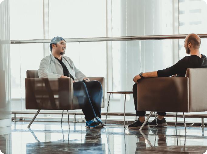 Dr. Balwi berät Patienten über Haartransplantation Berlin