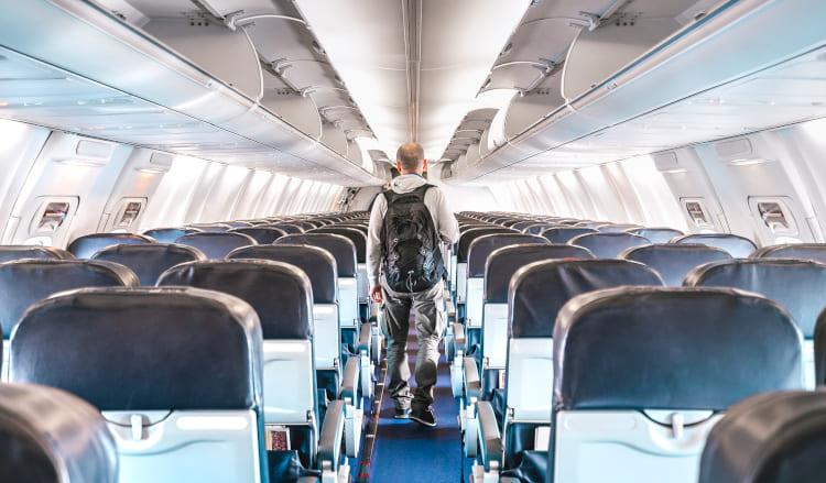 Mann im leeren Flugzeug nach der Landung beim Ausstieg
