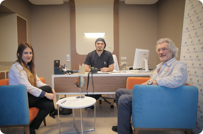 Dr. Balwi im Gespräch mit Patienten und Dolmeter über Haartransplantation in Düsseldorf.