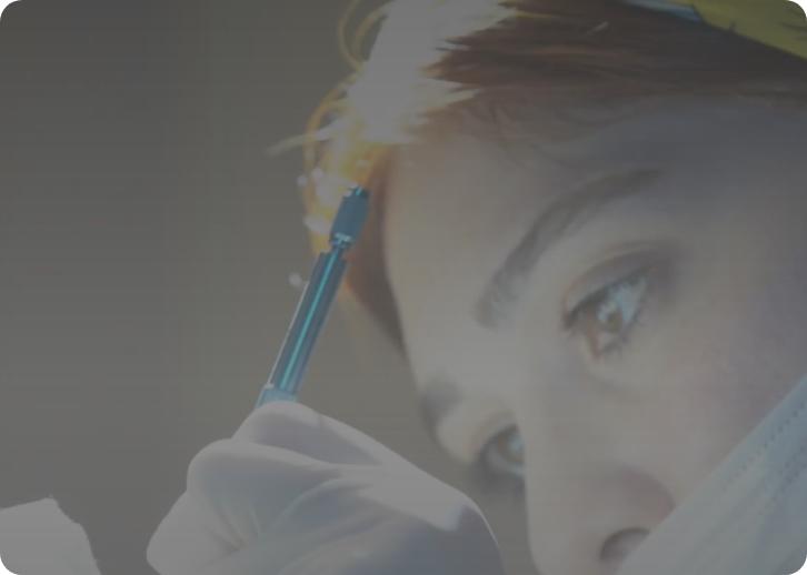 Personal médico practicando la técnica FUE Zafiro en un paciente.