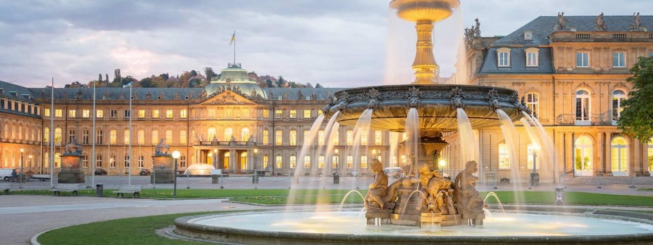 Wasser läuft am Brunnen vor Schloss in Stuttgart
