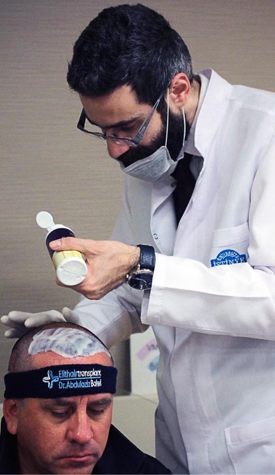 l'infermiere specializzato effettua il lavaggio dopo il trattamento