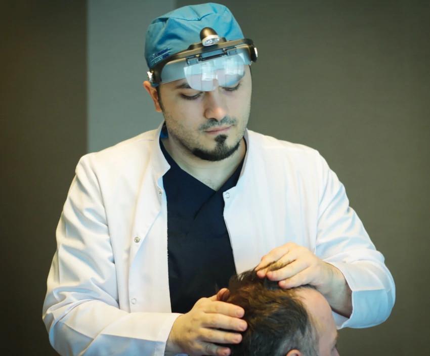 Dr. Balwi analysiert die Haare