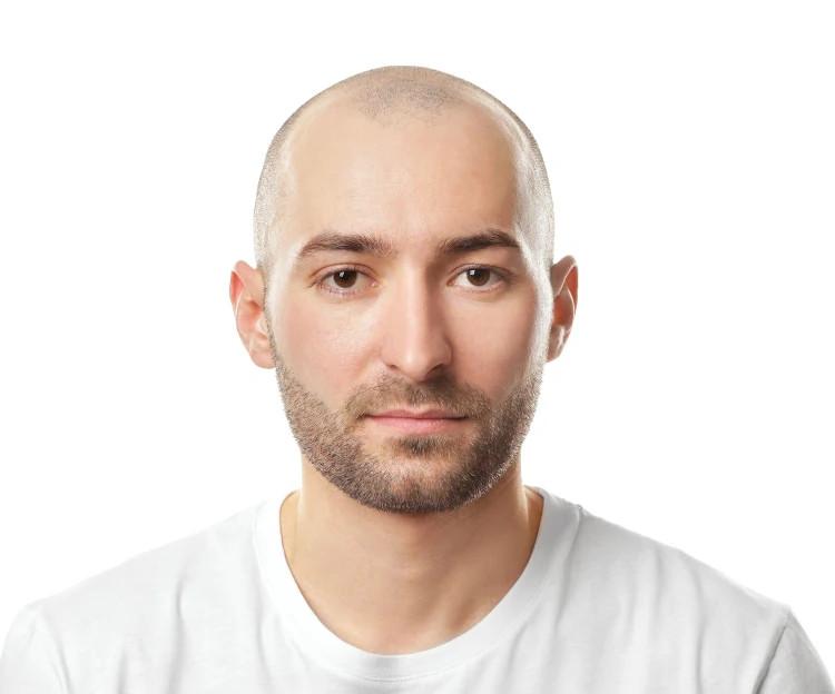 Junger Mann mit kurzer Haare