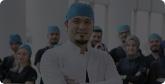 Dr. Balwi und sein Team in der Empfangshalle der Klinik