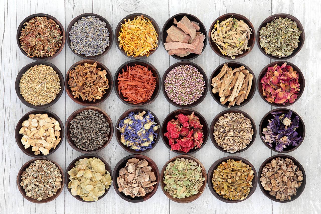 Nombreux bols contenant des ingrédients utilisés en phytothérapie et dont l'igname cheveux fait partie
