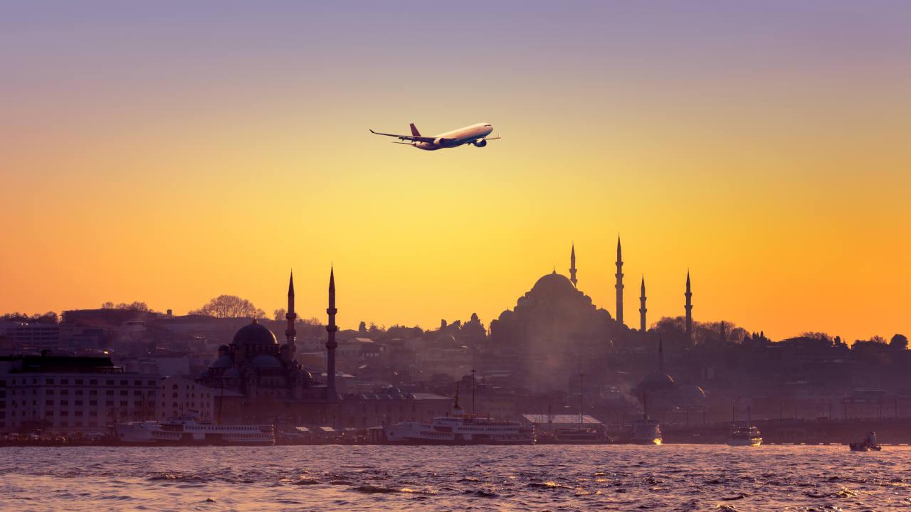 Un avion décolle au dessus d'Istanbul, illustration du voyage de retour après une greffe de cheveux à l'étranger
