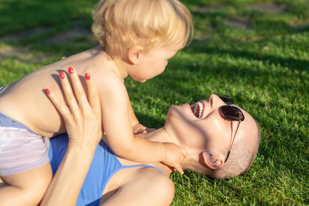 la moitié des femmes vivent une chute de cheveux hormonale après une grossesse
