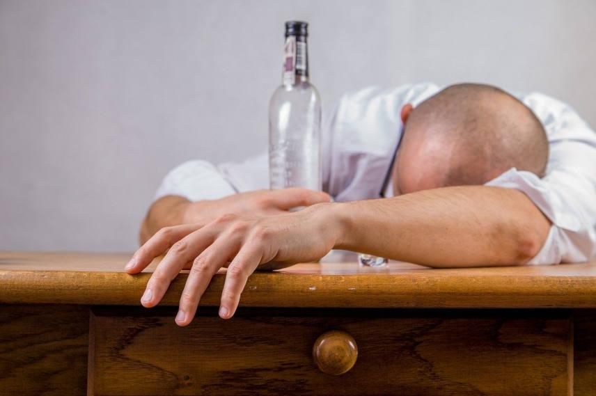 alcool et perte de cheveux quels sont les traitements