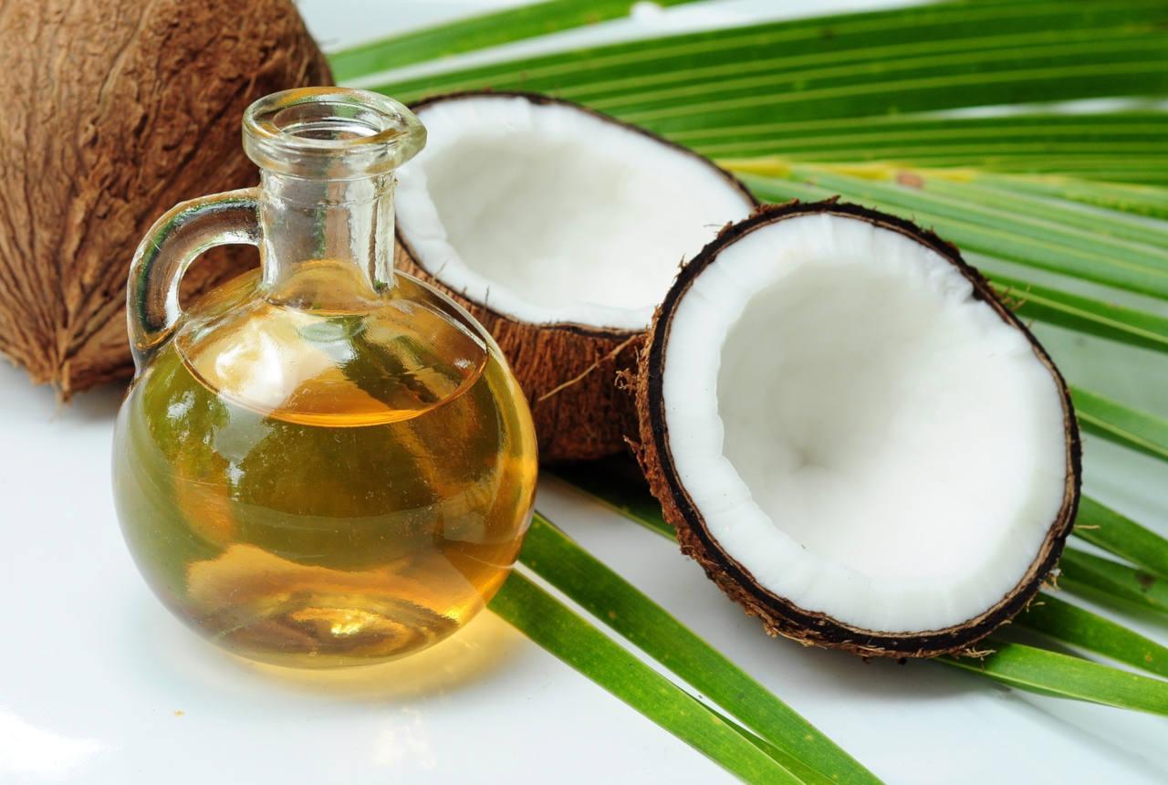l'huile de coco possède de nombreuses applications dont le soin des cheveux