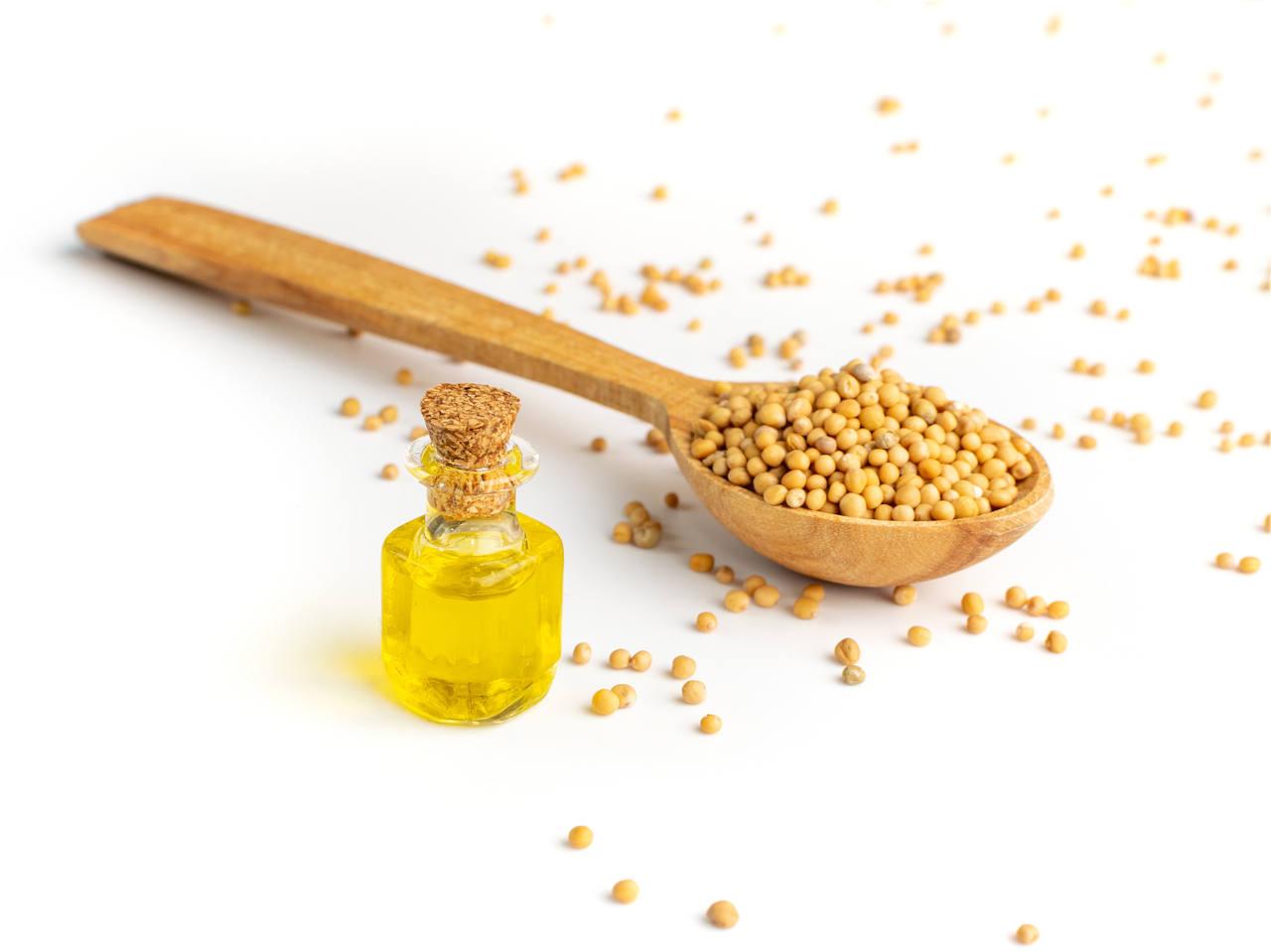 les graines de l'huile de moutarde possèdent de nombreuses vertues pour la peau