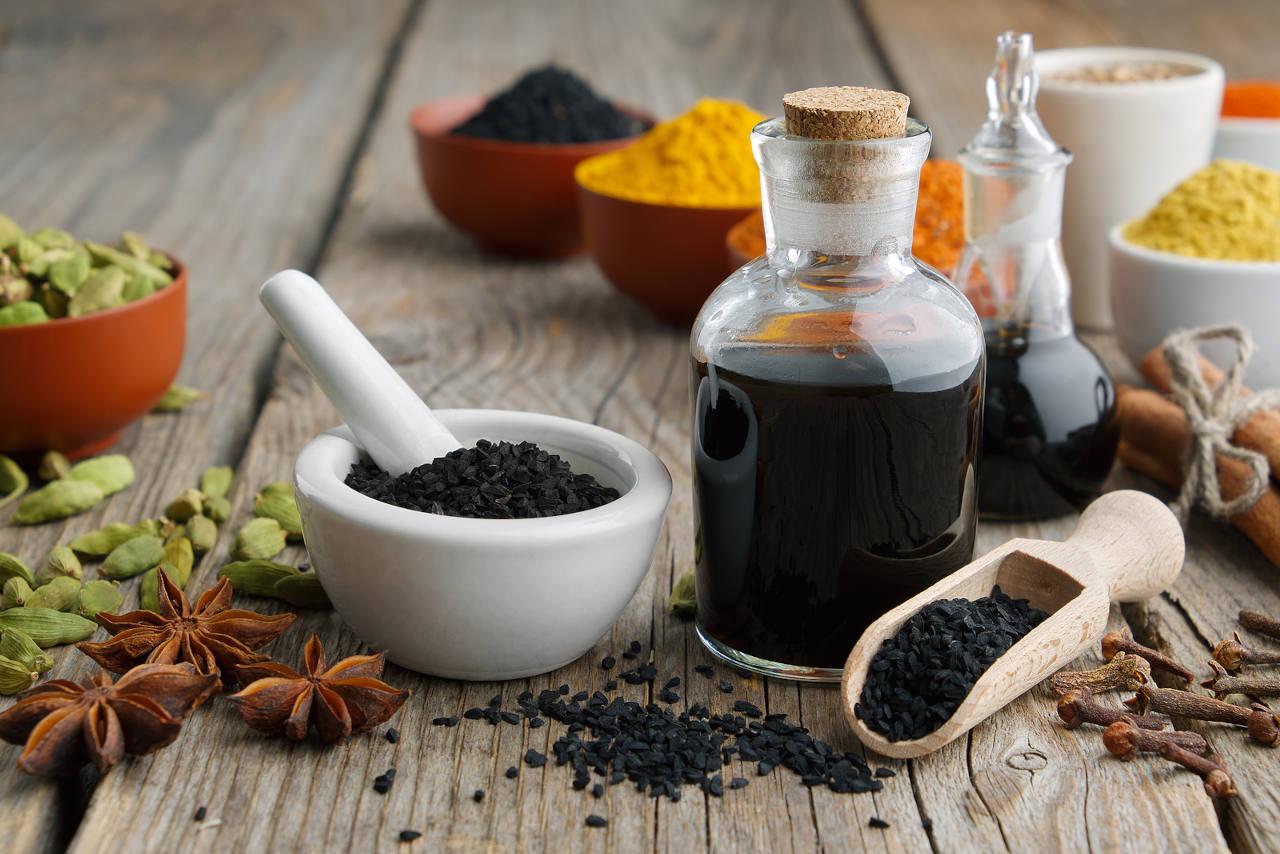 l'huile de nigelle posséde de nombreuses applications médicinales est et un allié indispensables pour vos cheveux