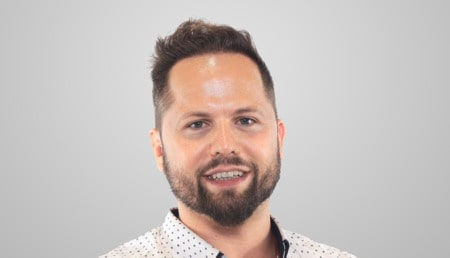 Homme en chemise à pois avec une chevelure pleine après une greffe de cheveux