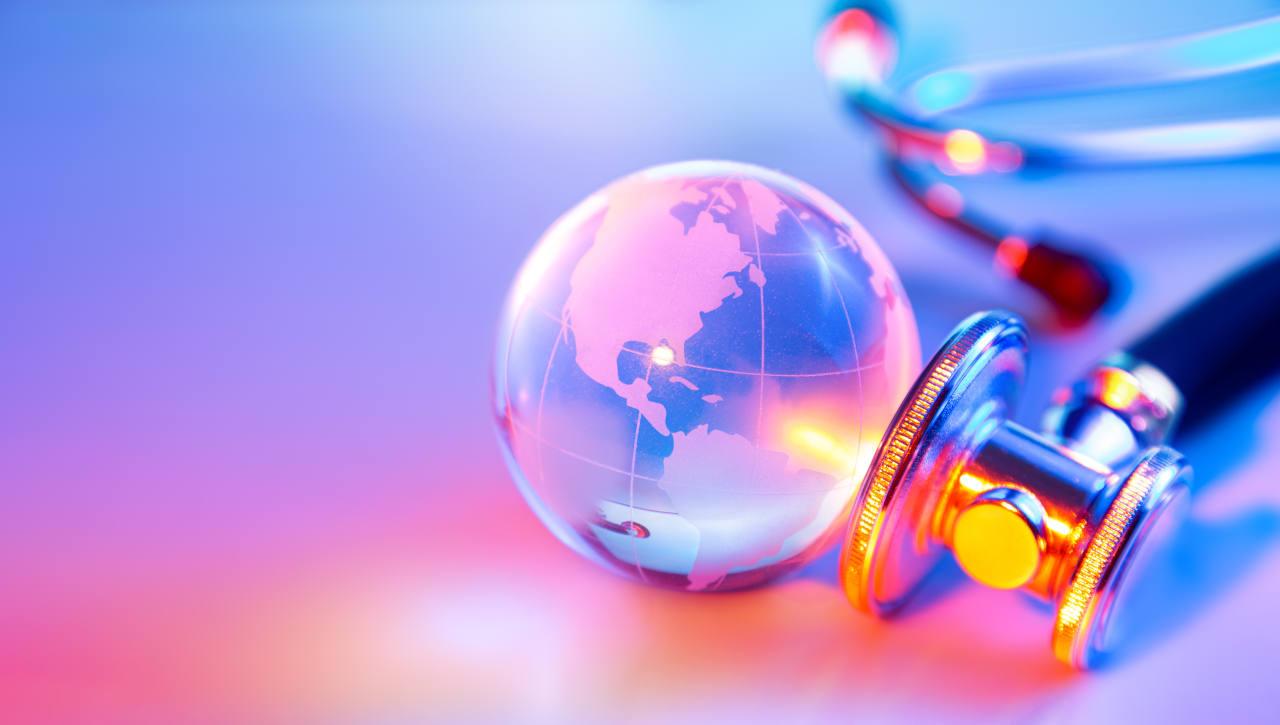 Photo d'un stéthoscope et d'un globe représentant le concept de tourisme médical