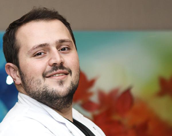 Portrait du Dr Fadil Balwi, expert en greffe de cheveux et associé du Dr Abdulaziz Balwi