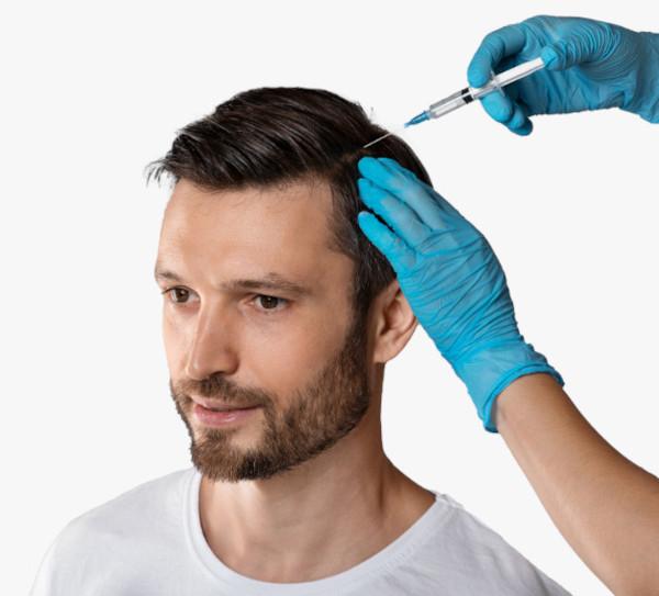 Un jeune patient se fait injecter du plasma riche en plaquettes dans le cuir chevelu lors d'un traitement PRP