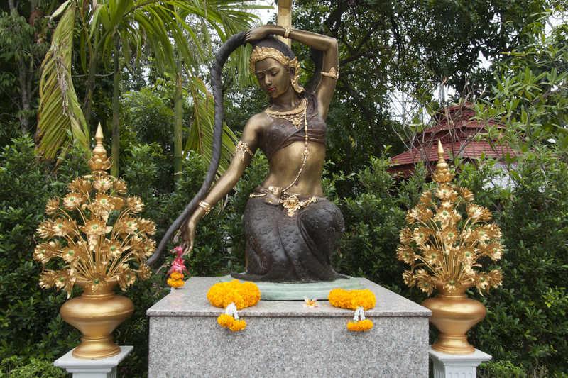 Dans la mythologie bouddhiste, la déesse Phra Mae Thorani noie le démon Mara grâce à l'eau de rinçage de ses longs cheveux.