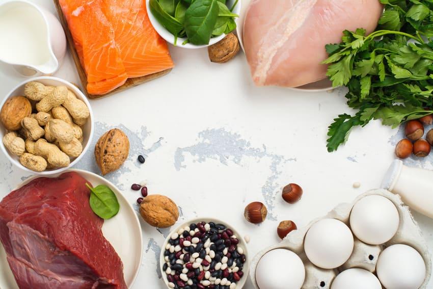 Manger trop peu de protéines durant un régime, c'est risquer une chute de cheveux