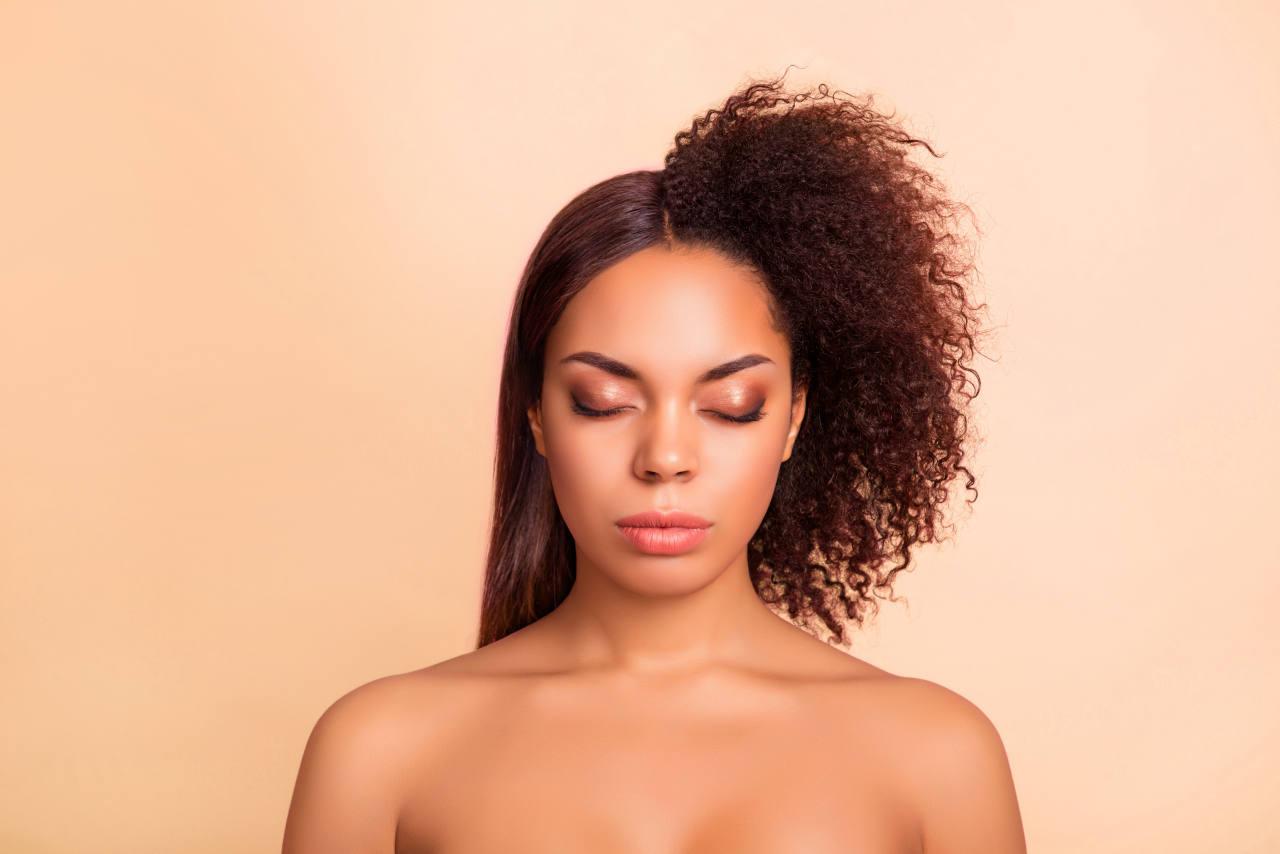les techniques de coiffage des cheveux afro comme les lissages à répétition sont une des raisons qui amènent à recourir à une greffe de cheveux en Turquie