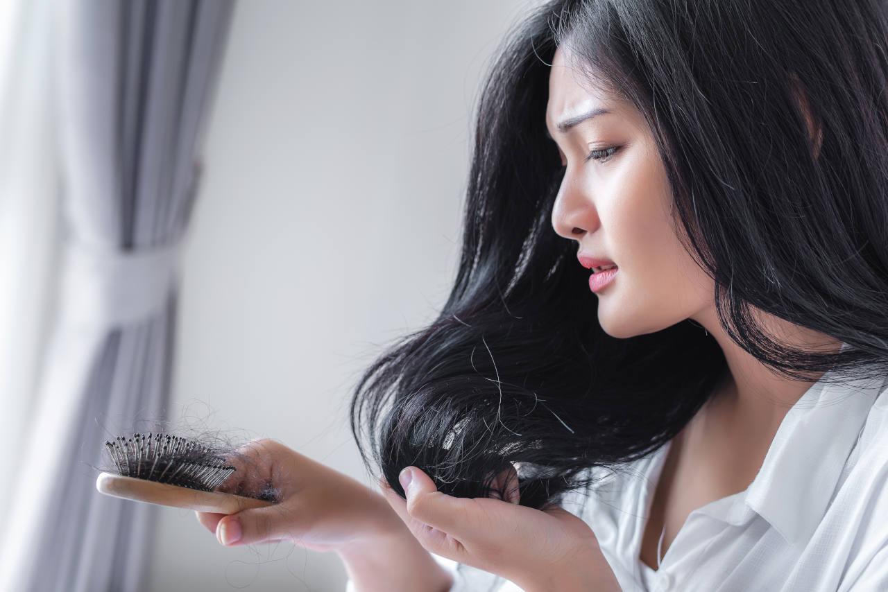 une perte de plus de 100 cheveux par jour peut-être le signe d'une calvitie précoce