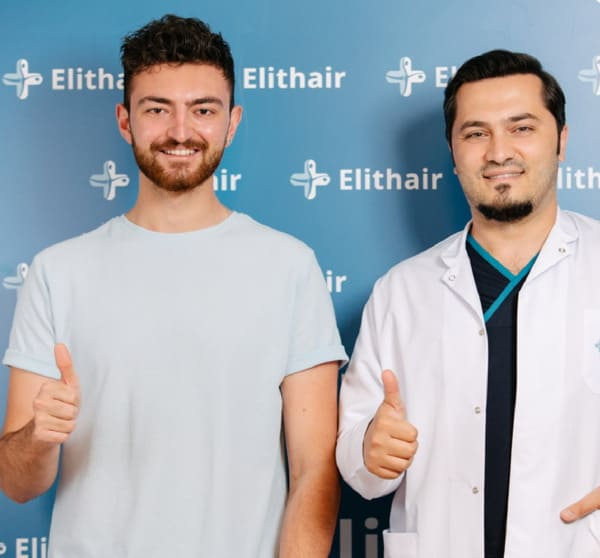 Dr Balwi et un patient à la clinique Elithair en Turquie