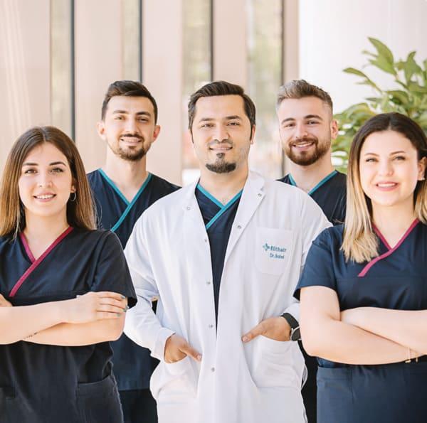 Le Dr Balwi, spécialiste de la transplantation capillaire, avec l'équipe Elithair.