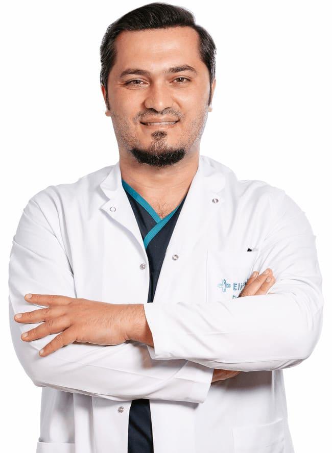 dr balwi avec les bras croisés