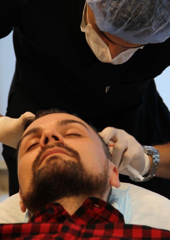 Un médecin spécialiste injecte du plasma riche en plaquettes ou traitement PRP à la clinique Elithair
