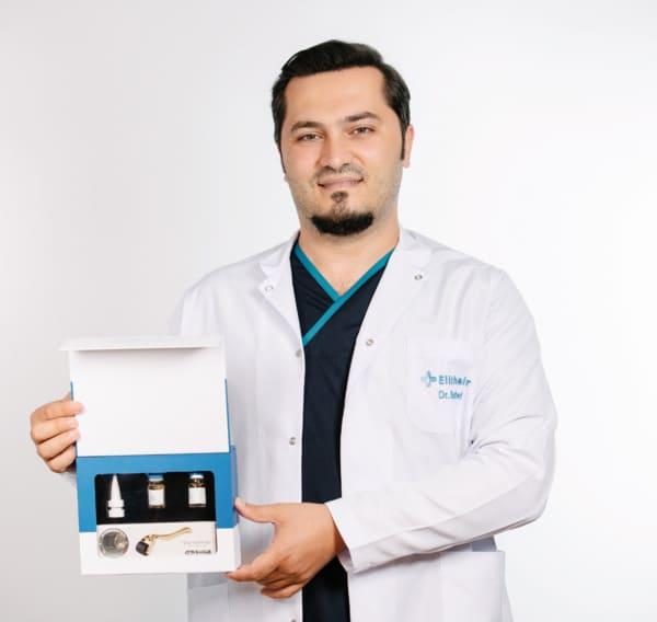 Le Dr Balwi tenant un kit NEO FUE dans sa main.