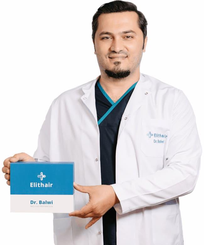 Dr. Balwi avec le set de préparation NEO FUE pour une greffe de cheveux parfaite