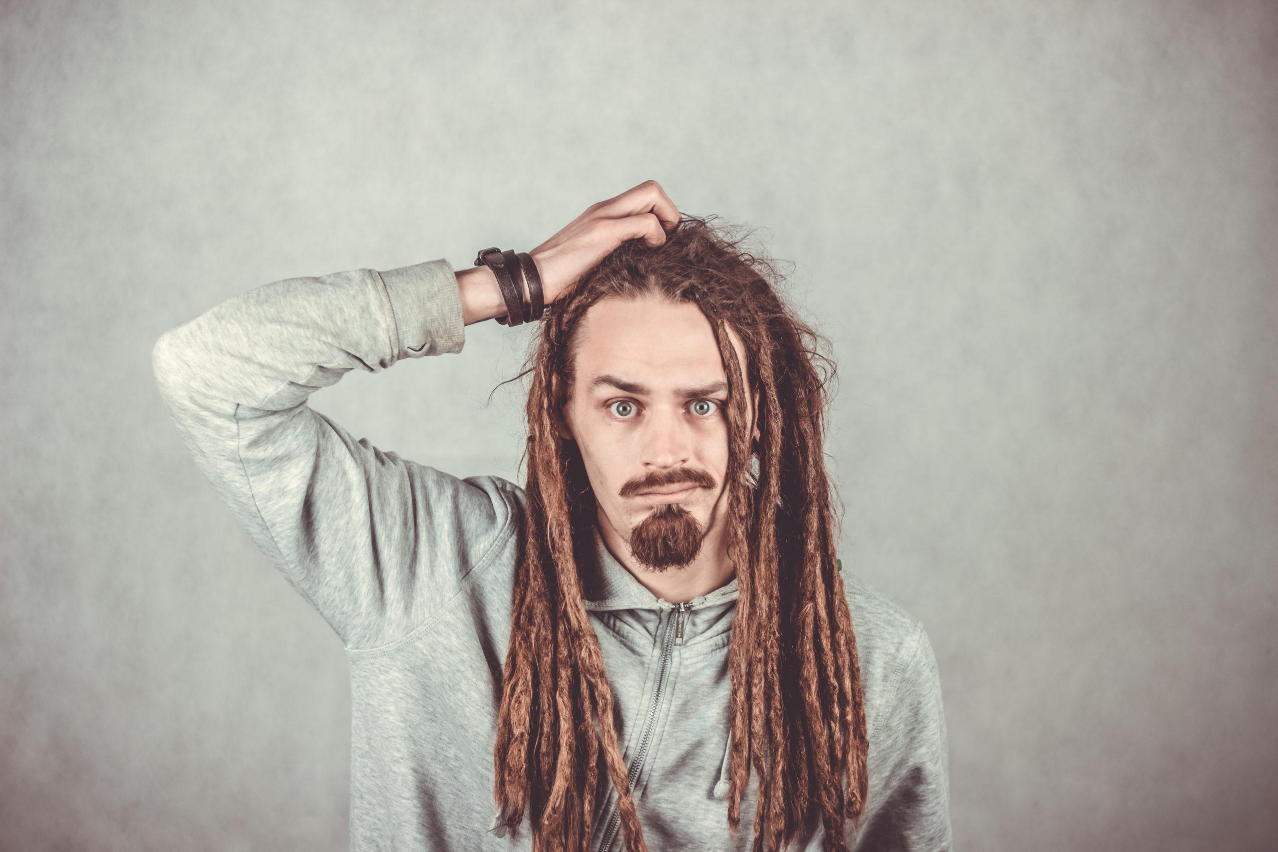 les coiffures trop lourdes comme les dreadlocks peuvent causer une alopécie de traction