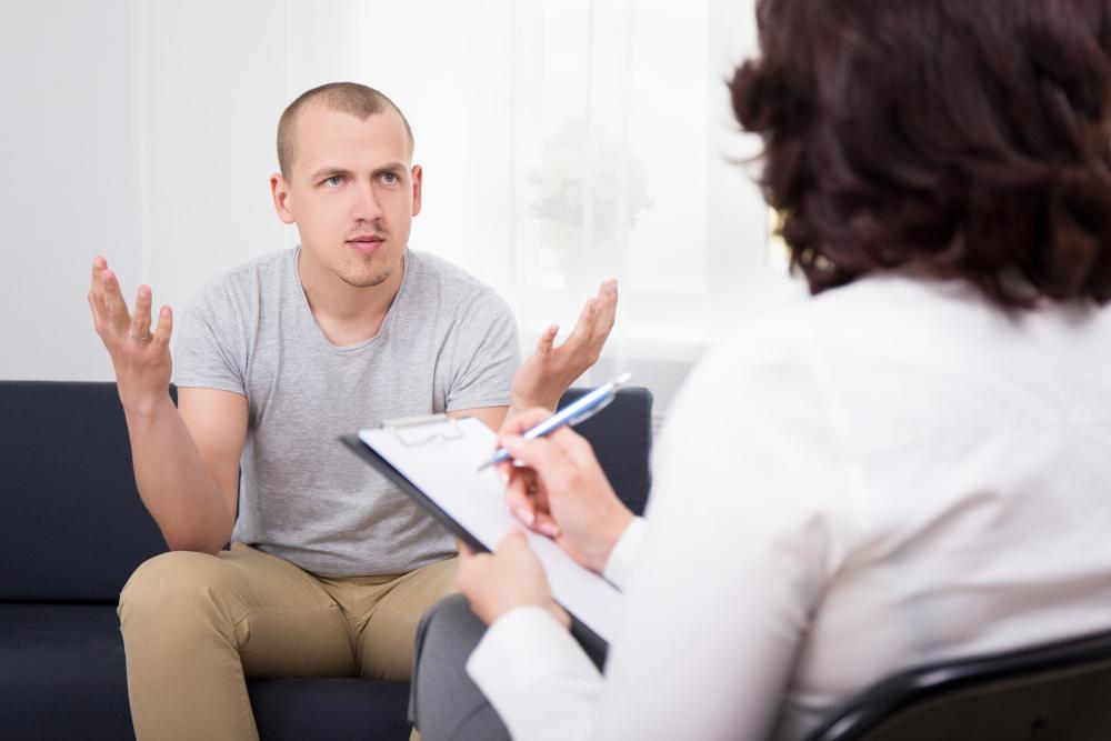 spécialiste des cheveux posant des questions à un patient lors d'une consultation au sujet de sa calvitie