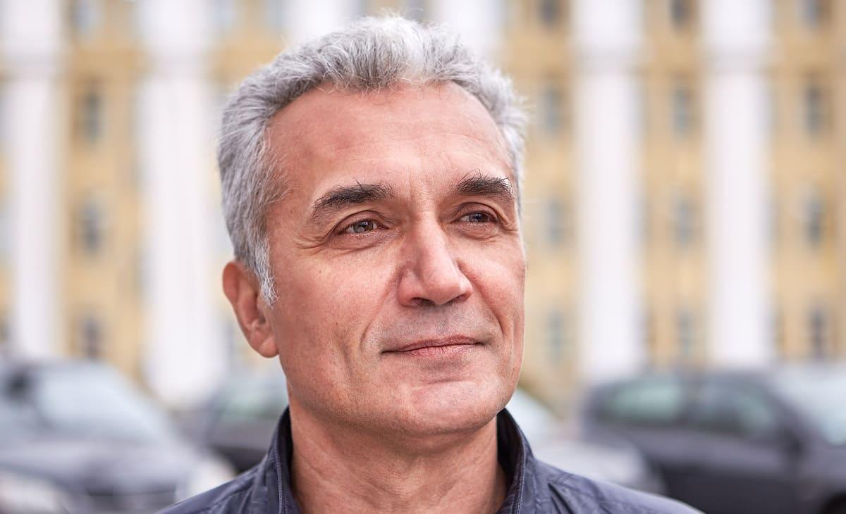 Mann mit dem grauem Haar
