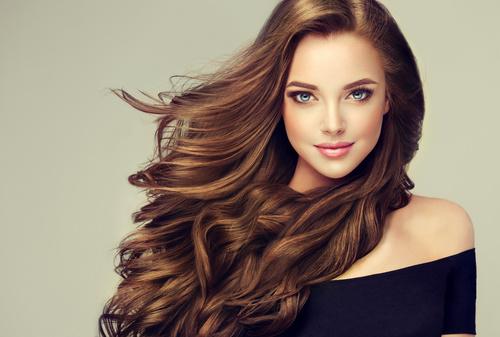 Perücken und Haareinsätzen - Haarverlängerungen