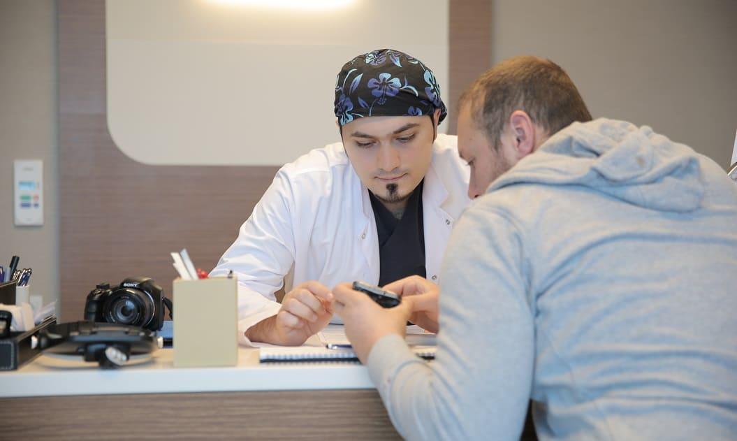 Patient mit Dr. Balwi bei einer Haarsprechstunde - Elithairtransplant