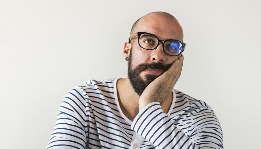 Haarausfall durch Morbus Basedow - Halbglatzer Mann mit Bart und Brille