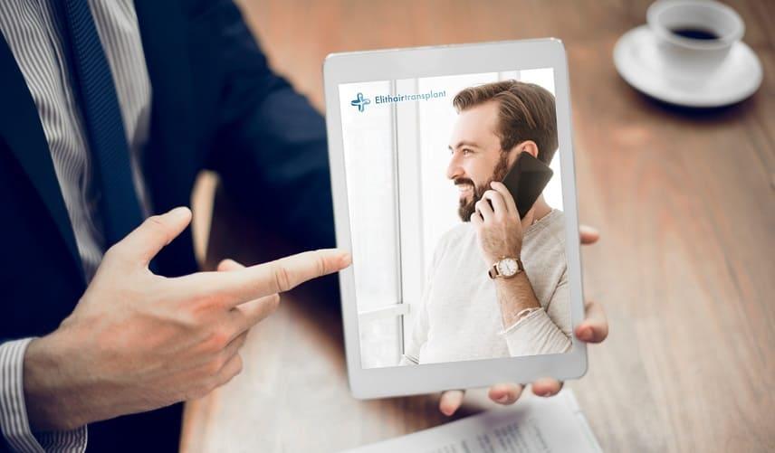 Begriffserklärung Geheimratsecken - Der Mann zeigt ein Bild eines Mannes, der telefoniert.
