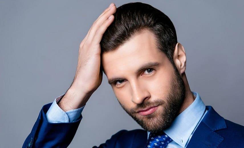 Empfindliche Haarwurzeln - Junge Mann mit Geheimratsecken