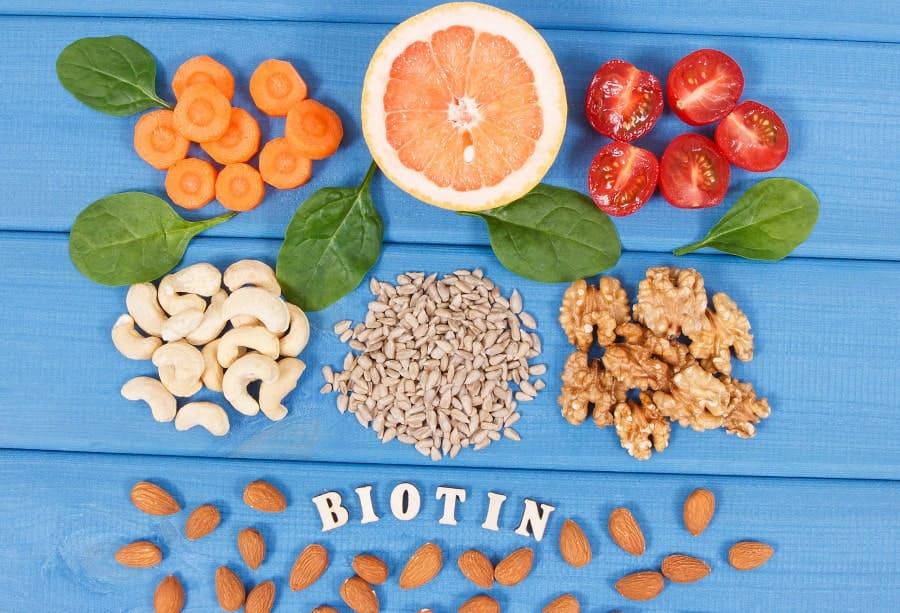 Bild mit Früchten, die Biotin enthalten. Wichtiges Vitamin nach der Haartransplantation