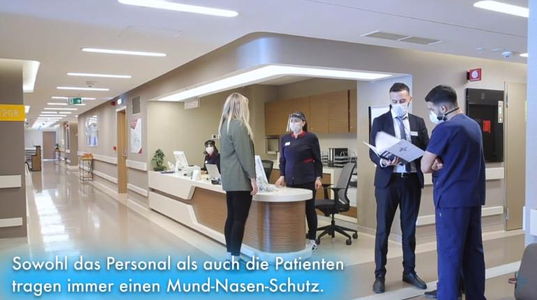 Selina hablando con el personal sanitario y administrativo de Elithair.