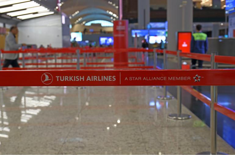 Interior de aeropuerto en Alemania en el área de Turkish Airlines.