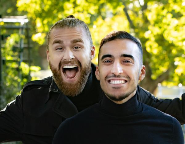 Zwei Männer im Park mit vollem Haarwuchs nach DHI Haartransplantation
