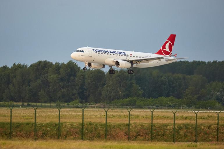 Avión de Turkish Airlines aterrizando.