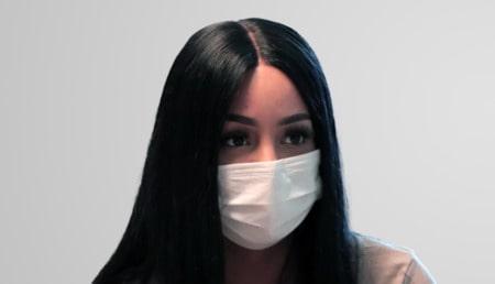 Attraktive blonde Frau mit langen Haaren nach der Haartransplantation in der Türkei