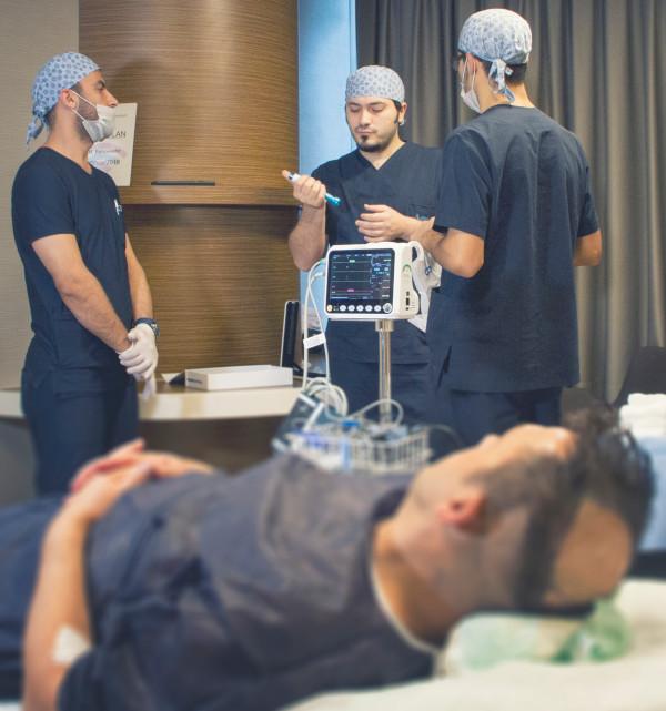 Dr. Balwi und sein Team bereiten die Haartransplantation Betäubung vor