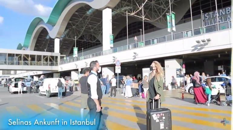 Selina a su llegada al aeropuerto de Estambul junto al conductor de Elithair.