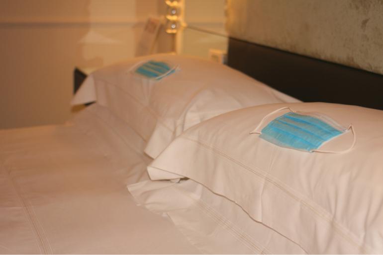 Habitación de hotel en Turquía con mascarillas sobre la almohada
